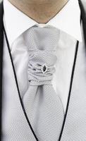 een bruidegom binden op een bruiloft foto