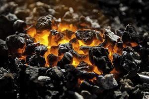 roodgloeiende koolstof in kolen om te koken foto