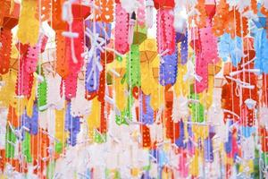 kleurrijke lanna-lantaarn of papieren lamp in wat phra that chae haeng, nan thailand foto