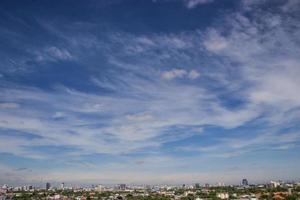 blauwe hemelachtergrond met uiterst kleine wolken op de stad van Bangkok foto