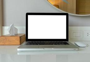 computer laptop mock-up en muis wit leeg scherm voor reclametekst op tafel foto