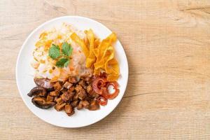 chinese gestoomde rijstnoedel met varkensvlees en tofu in zoete sojasaus foto