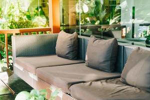 comfortabele kussendecoratie op de bank op het balkon foto