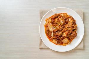 roergebakken varkensvlees met Koreaanse pittige pasta en kimchi - Koreaanse voedselstijl foto