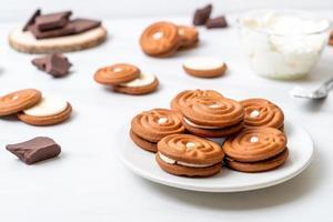 chocoladekoekjes met melkroom foto