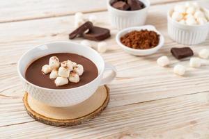 warme chocolademelk met marshmallows in kopje foto