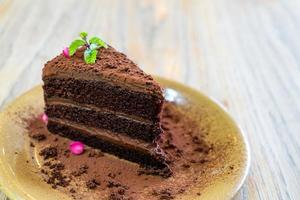 chocoladetaart met munt op bord in café en restaurant foto