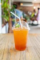 ijskoud citroentheeglas in coffeeshopcafé en restaurant foto