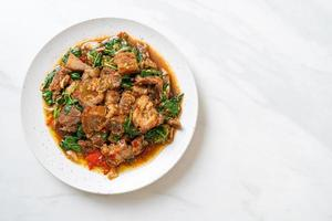 roergebakken krokante buikspek en basilicum - Aziatische lokale straatvoedselstijl foto