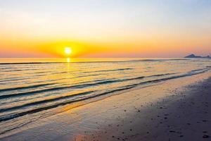 prachtige zonsopgang of zonsondergang met schemerhemel en zeestrand foto
