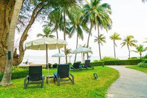 strandstoel in tuin met zeeachtergrond foto