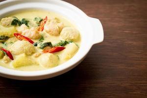 groene kerriesoep met gehakt varkensvlees en gehaktbal in kom - Aziatische voedselstijl foto
