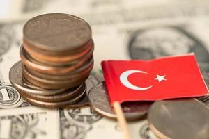 turkije vlag op dollar bankbiljetten achtergrond, anking rekening, investeringen analytische onderzoeksgegevens economie, handel, bedrijfsconcept. foto