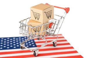 doos met winkelwagenlogo en usa amerika vlag, import export winkelen online of e-commerce financiën bezorgservice winkel product verzending, handel, leverancier concept. foto