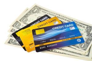 creditcard op Amerikaanse dollarbankbiljetten op witte achtergrond. financiële ontwikkeling, bankrekening, statistieken, investeringsanalytisch onderzoek data-economie, beurshandel, bedrijfsconcept. foto