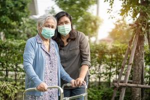 aziatische senior of oudere oude dame vrouw met een gezichtsmasker nieuw normaal in het park ter bescherming van de veiligheidsinfectie covid-19 coronavirus. foto