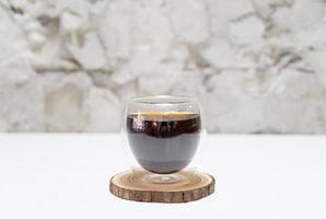 hete americano zwarte koffie in het café en het restaurant van de coffeeshop foto