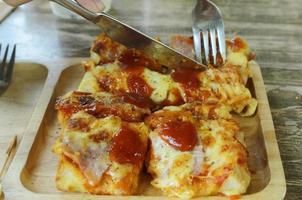 heerlijke pizza toast macro close-up voor Italiaans eten achtergronden foto