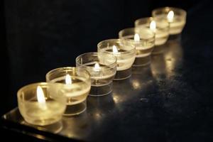 kaarsen in de kerk foto