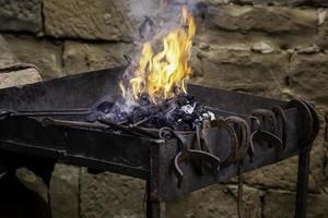 kolenvuur in een smederij foto