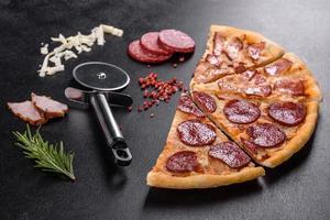 verse heerlijke pizza gemaakt in een haardoven met vier soorten vlees en worst foto