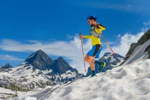 oefen skyrunning in de bergen foto
