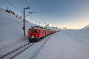 rode trein tijdens het passeren van de berninapasgebieden foto
