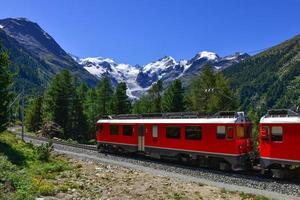 Zwitserse bergtrein Bernina Express doorkruiste alpen foto