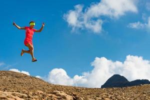 meisje atleet springt tijdens het hardlopen foto