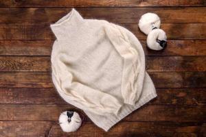 gebreid sweat gemaakt van wollen draden op een donkere achtergrond foto