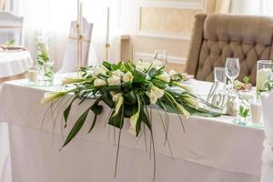 mooie decoratie van de huwelijksvakantie met bloemen en groen met bloemistdecoratie foto