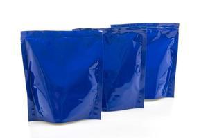 blauwe plastic zak voor verpakking die op witte achtergrond wordt geïsoleerd foto