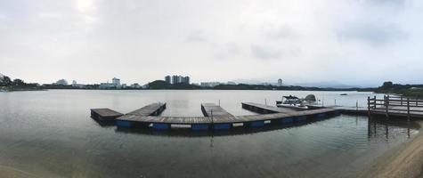 panorama. de kleine pier aan het meer van de stad Sokcho. Zuid-Korea foto