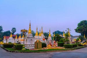 twintig pagodes tempel is een boeddhistische tempel in de provincie lampang, thailand foto