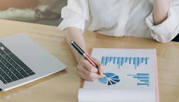 vrouw die jaarlijks financieel verslag analyseert foto