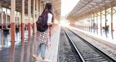 toerist op treinstation foto