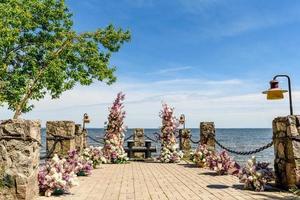 prachtige bloemencompositie voor een huwelijksceremonie aan de oceaankust foto