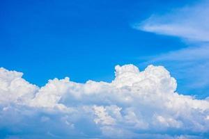 mooie witte wolken in een helderblauwe lucht op een warme zomerdag foto