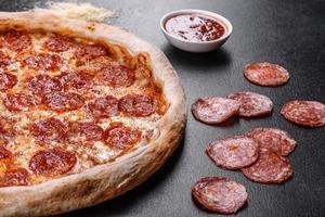 pepperoni pizza met pizzasaus, mozzarella kaas en pepperoni foto