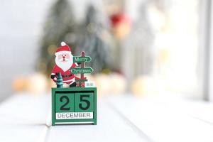 geschenken, dennenboomtakken, rode decoraties op een witte achtergrond foto