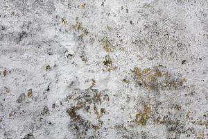 oude betonnen muur met afbladderende verf foto