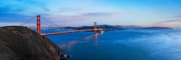 panoramisch uitzicht op de golden gate bridge in de schemering foto