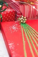 kerstcadeaus versierd met groene en rode papieren kerstachtergrond foto