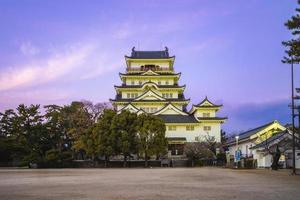 belangrijkste donjon van het kasteel van Fukuyama in Fukuyama, Japan 's nachts foto