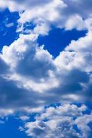 mooie diepblauwe lucht met witte wolken op een zonnige zomerdag, pluizige hoge wolk buitenshuis, heldere en luchthemel, luchten met lichte stapelwolken achtergrond, zacht wolkenlandschap bij helder weer foto