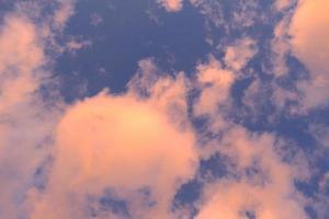 blauwe lucht met dromerige wolken foto
