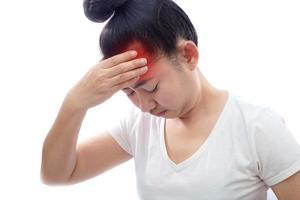 jonge aziatische vrouw die het voorhoofd aanraakt met hoofdpijn op een witte achtergrond foto