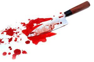 keukenmes bloederig op witte achtergrond foto