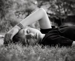 jong tienermeisje in de tuin foto