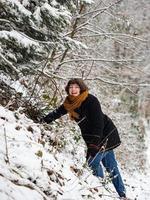 jong meisje in een besneeuwd bos foto